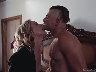 Blonde slut Mona Wales loves with regard to get fucked by her younger lover