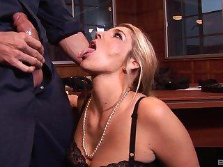 Pornstar Jordan Kinglsey spreads her legs be advantageous to a big dick to enter